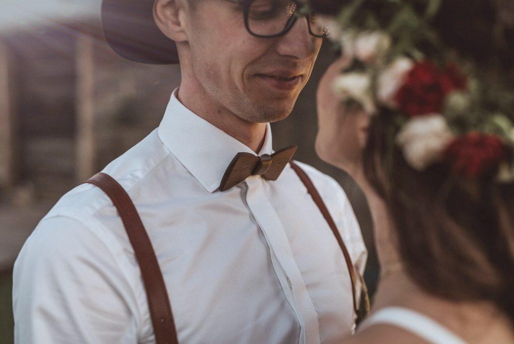 drewniana muszka wenge i szelki na ślub - męskie stylizacje ślubne