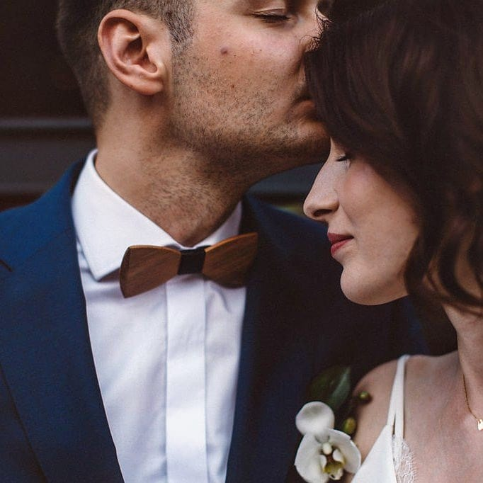Drewniana muszka z czarną przepaską ślub rustyklany