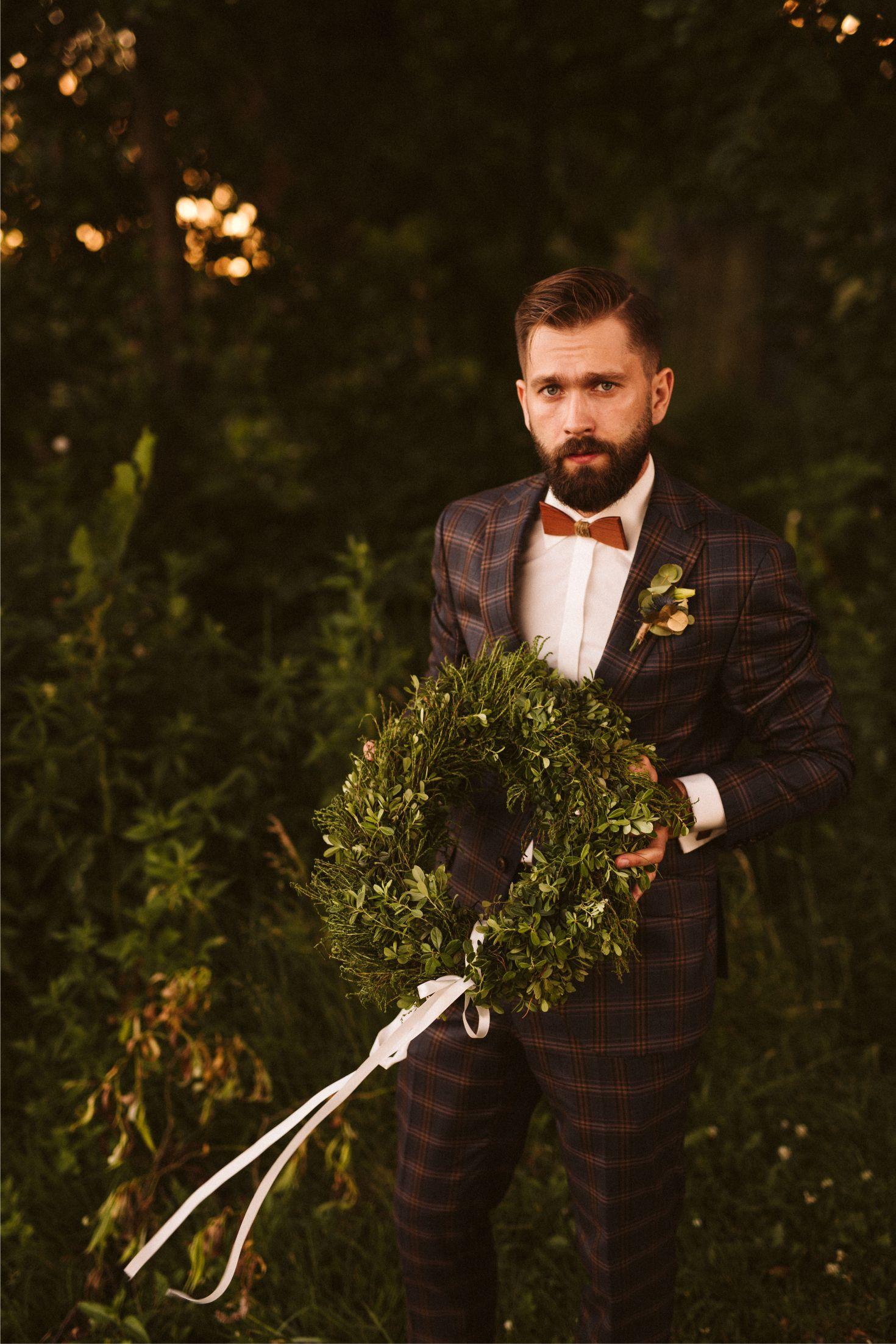 Pan Młody garnitur w kratę, ślubne inspiracje, drewniane muszki
