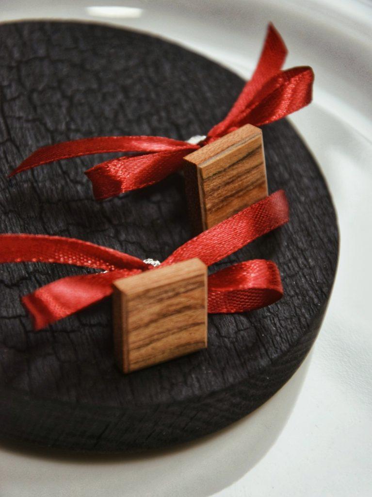 Drewniane spinki do koszuli jako idealny prezent dla mężczyzny
