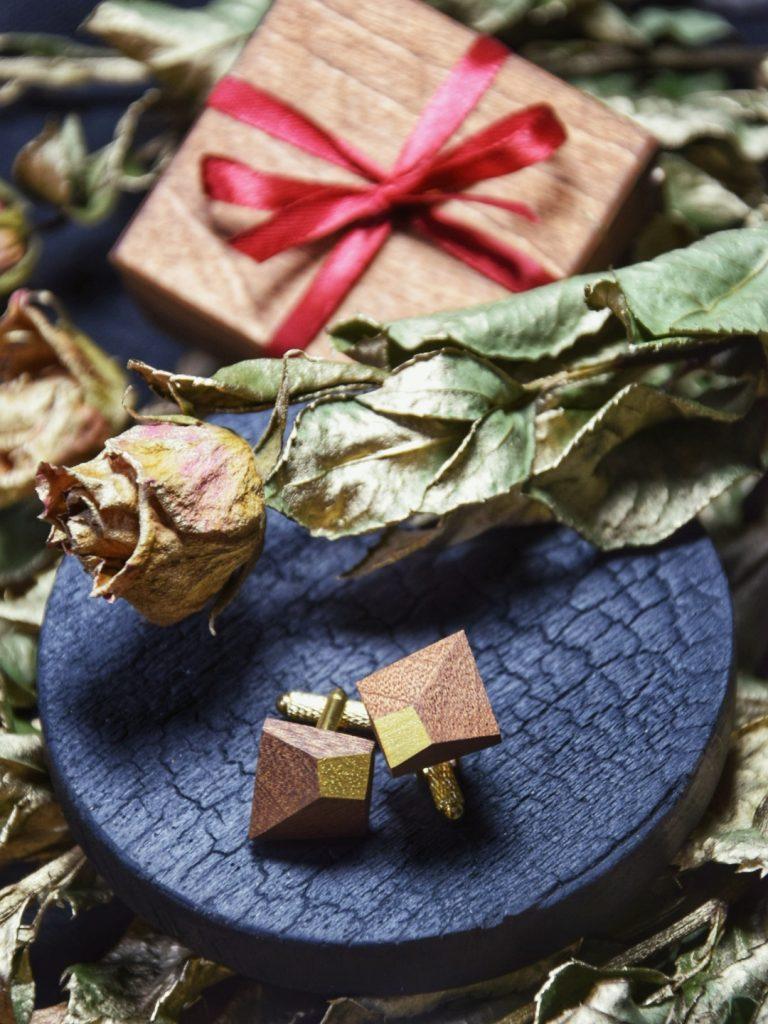 Ręcznie robione spinki do mankietów z drewna egzotycznego Sapeli z wieloma efektownymi płaszczyznami i złotymi zapięciami. Idealne do ślubnej stylizacji jako dodatek dla Pana Młodego.