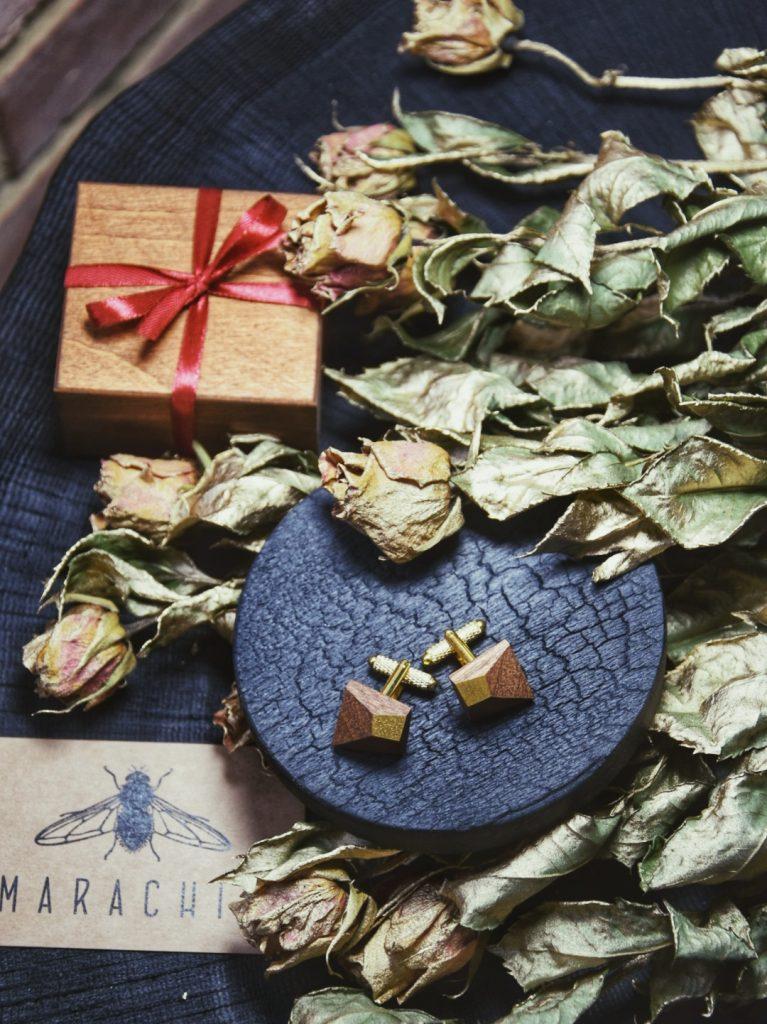 Wyjątkowe spinki do mankietów wykonane ręcznie z drewna egzotycznego Sapeli z wieloma efektownymi płaszczyznami i złotymi zapięciami. Idealne do ślubnej stylizacji jako dodatek dla Pana Młodego.