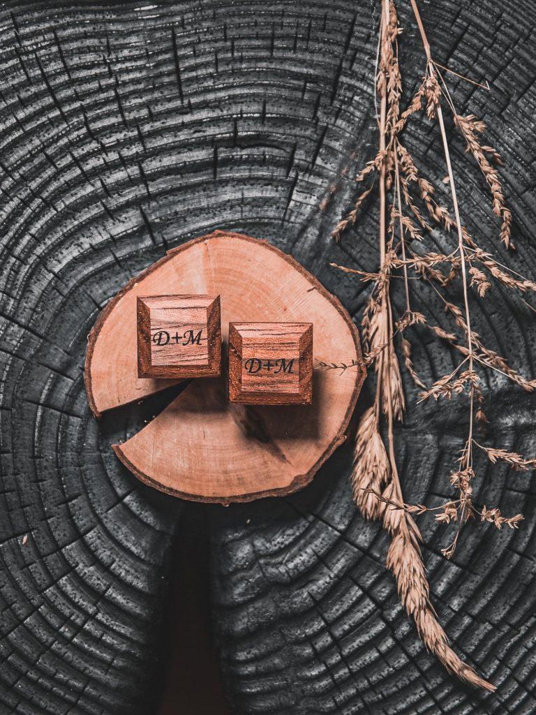 Drewniane spinki do mankietów z inicjałami. Idealny pomysł na prezent na Walentynki dla niego lub na ślub.
