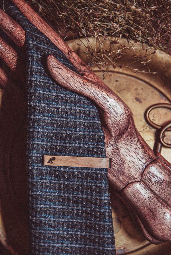 Dębowa spinka do krawata typu średniego z logo LP.