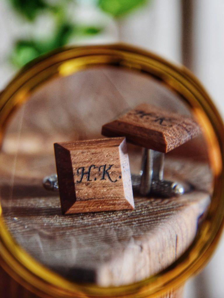Drewniane spinki do mankietów z inicjałami to idealny pomysł na prezent na dzień mężczyzny, dzień ojca czy dzień szefa ;)